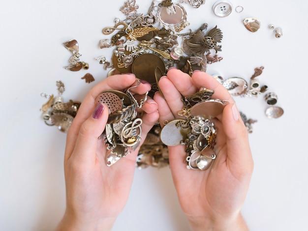 Bovenaanzicht van vrouw met metalen accessoires