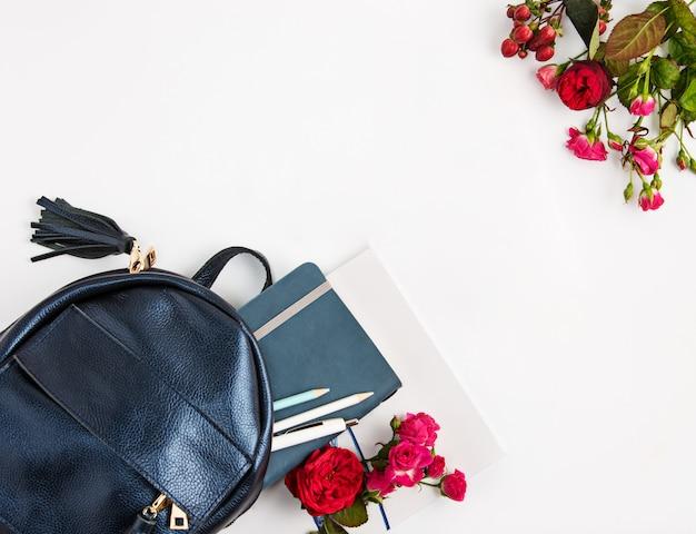 Bovenaanzicht van vrouwelijk bezit in tas.