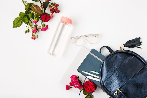 Bovenaanzicht van vrouwelijk bezit in tas