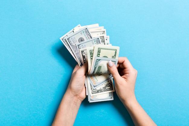 Bovenaanzicht van vrouwelijke handen tellen van geld. verschillende bankbiljetten. salaris concept. omkopen concept