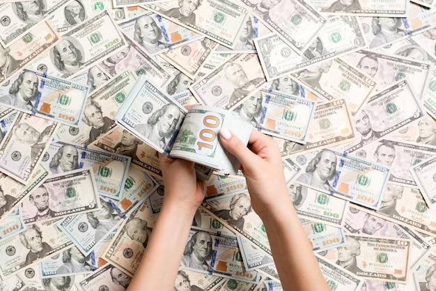 Bovenaanzicht van vrouwelijke handen tellen van geld