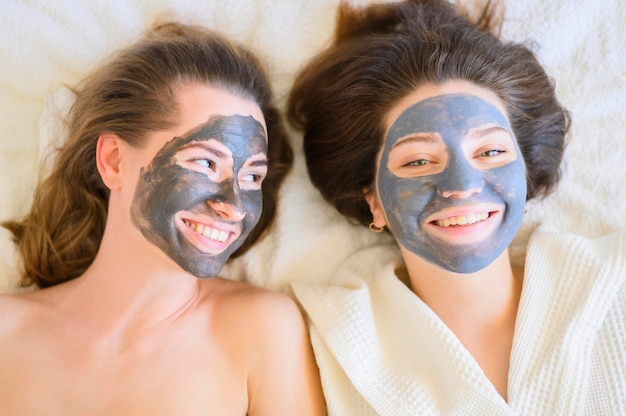 Bovenaanzicht van vrouwen die gezichtsmaskers dragen
