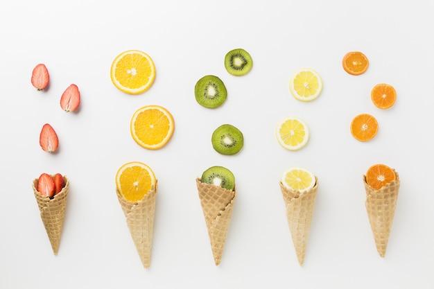 Bovenaanzicht van vruchten en ijs kegel arrangement