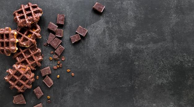 Bovenaanzicht van wafels met chocolade en kopie ruimte