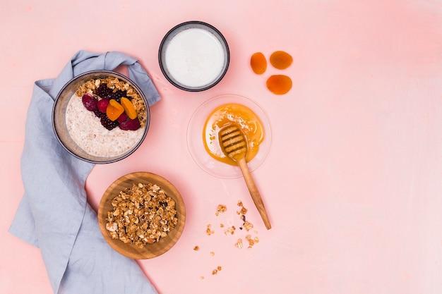 Bovenaanzicht van walnoten en honing