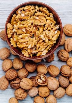 Bovenaanzicht van walnoten in een kom op rustiek