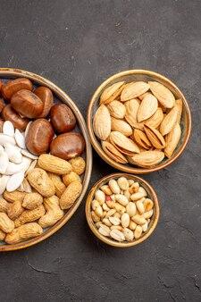 Bovenaanzicht van walnoten, pinda's en andere noten op grijze ondergrond