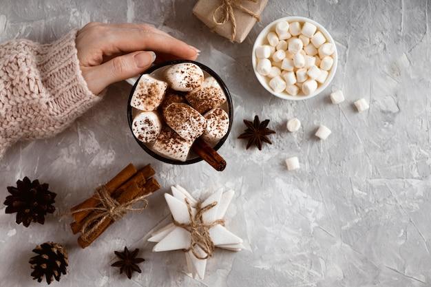 Bovenaanzicht van warme chocolademelk concept