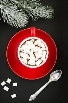 Bovenaanzicht van warme chocolademelk of cacao met marshmallows in de rode kop
