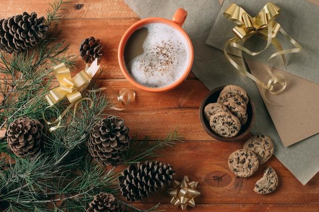 Bovenaanzicht van warme chocolademelk op houten achtergrond