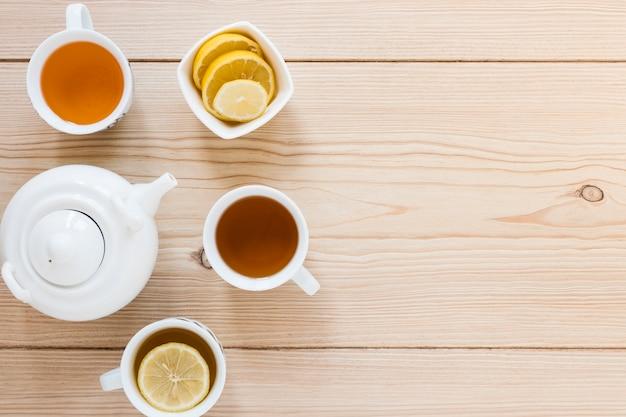Bovenaanzicht van waterkoker en thee kopjes