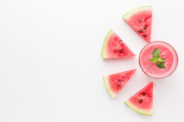 Bovenaanzicht van watermeloen cocktailglas met kopie ruimte