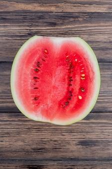 Bovenaanzicht van watermeloen half op houten achtergrond