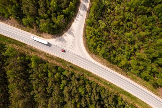 Bovenaanzicht van wegkruising in het bos in de zomer, drone-opname