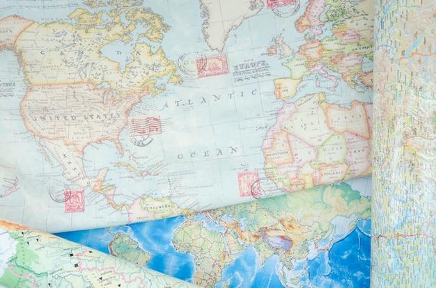 Bovenaanzicht van wereldkaart met postzegels