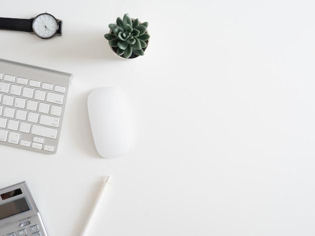 Bovenaanzicht van werk vanuit huis concept met toetsenbord, rekenmachine en notebook op witte achtergrond, grafisch ontwerper, creatief ontwerper concept.