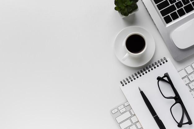 Bovenaanzicht van werkruimte met laptop en kopie ruimte