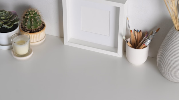 Bovenaanzicht van werkruimte met mock-up frame levert decoraties