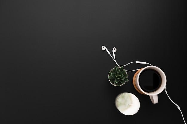 Bovenaanzicht van werkruimte met succulent en kopje koffie