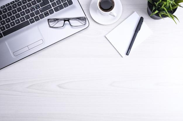 Bovenaanzicht van werkruimte op kantoor, houten bureau tafel met laptop notebook