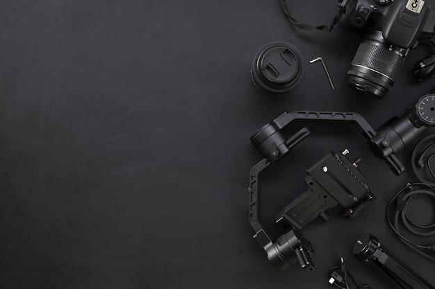 Bovenaanzicht van werkruimte van fotograaf met digitale camera en accessoire