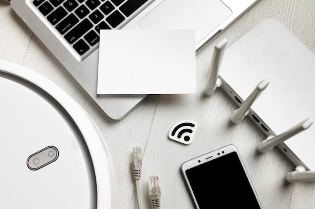 Bovenaanzicht van wifi-router met draadloos bestuurde apparaten