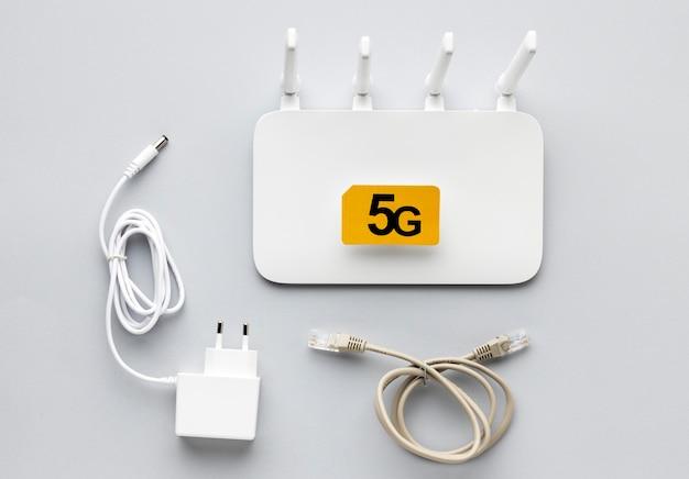Bovenaanzicht van wifi-router met ethernetkabel en adapter