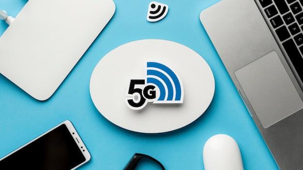Bovenaanzicht van wifi-router met smartphone en laptop