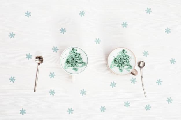 Bovenaanzicht van winter cappuccino kunst met nieuwjaarsboom.