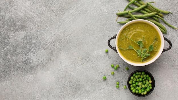 Bovenaanzicht van winter erwten soep in kom met kopie ruimte