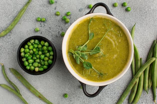 Bovenaanzicht van winter erwten soep in kom