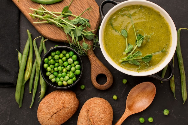 Bovenaanzicht van winter erwten soep met brood en lepel