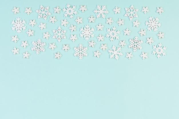 Bovenaanzicht van winter ornament gemaakt van witte sneeuwvlokken op kleurrijke ondergrond