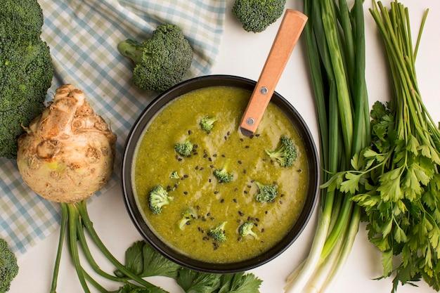 Bovenaanzicht van winterbroccolisoep in kom met selderij