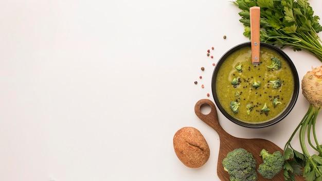Bovenaanzicht van winterbroccolisoep met kopie ruimte en selderij