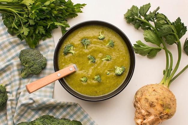 Bovenaanzicht van winterbroccolisoep met selderij