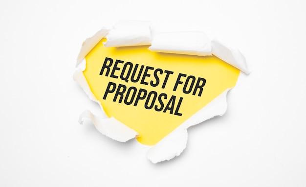 Bovenaanzicht van wit gescheurd papier en de tekst request for proposal