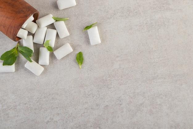 Bovenaanzicht van wit tandvlees op grijze ondergrond