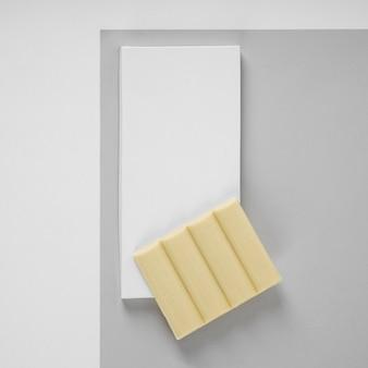 Bovenaanzicht van witte chocoladereep met verpakking