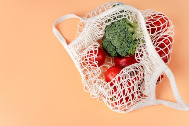 Bovenaanzicht van witte eco netto tas met groenten