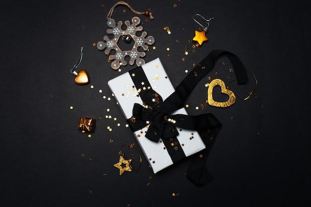 Bovenaanzicht van witte geschenkdoos met kerstversiering