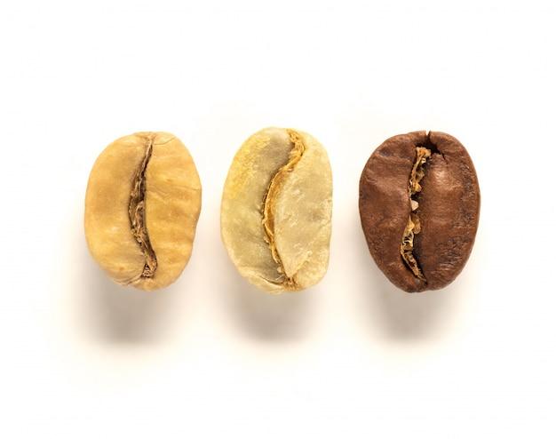 Bovenaanzicht van witte, groene en bruine koffieboon
