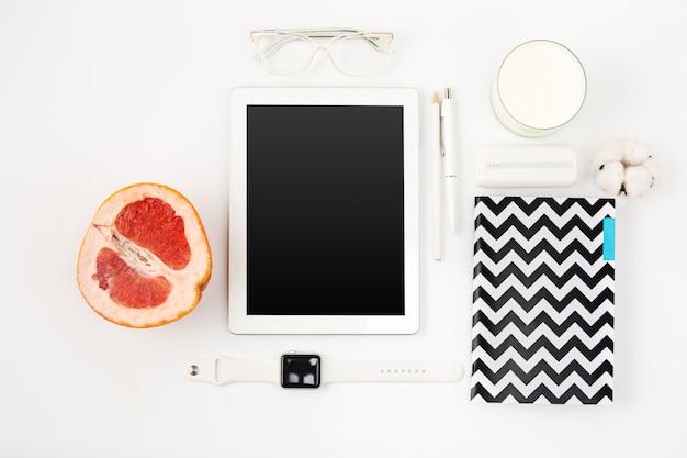 Bovenaanzicht van witte kantoor tafel met laptop