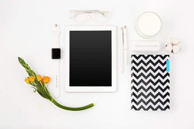 Bovenaanzicht van witte office tafel met laptop