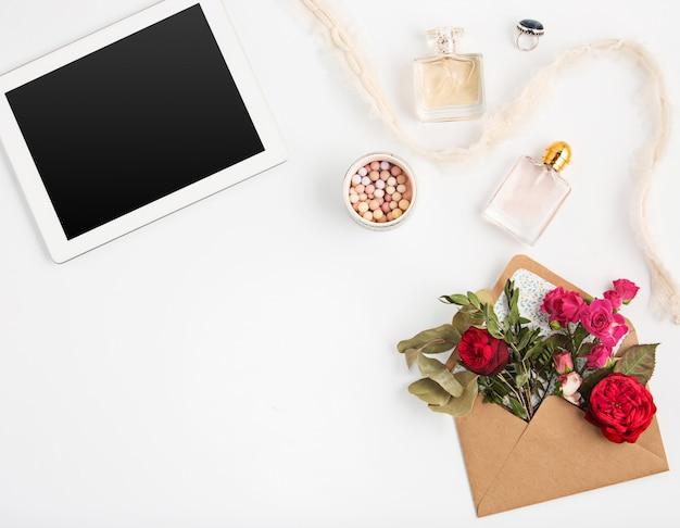 Bovenaanzicht van witte office vrouwelijke werkruimte met laptop