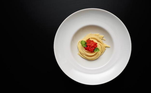 Bovenaanzicht van witte plaat met spaghetti