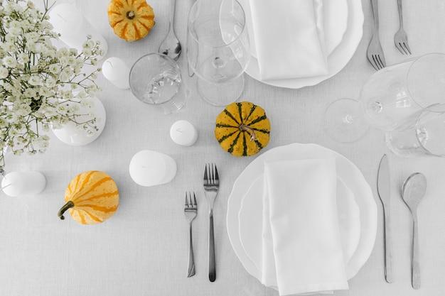 Bovenaanzicht van witte platen op tafel met kopie ruimte