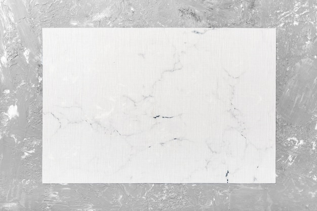Bovenaanzicht van witte tabel servet op cement achtergrond. placemat met lege ruimte voor uw ontwerp