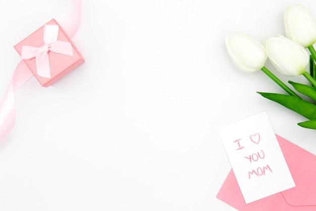 Bovenaanzicht van witte tulpen met kopie ruimte