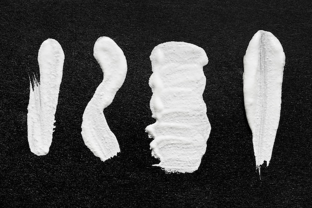 Bovenaanzicht van witte verf penseelstreken op het oppervlak
